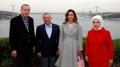 Королева Йорданії приголомшила стильним вбранням у Туреччині: ефектні фото