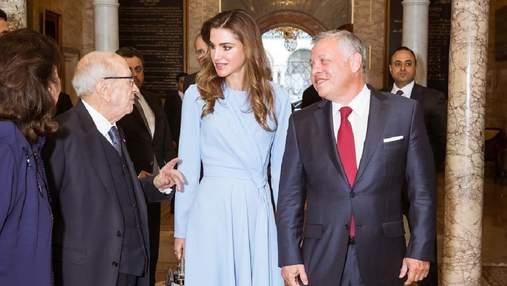 У сукні небесного кольору: королева Йорданії вразила стильним виходом