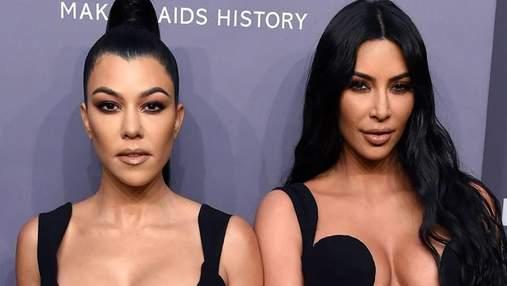 Ким Кардашян с сестрой Кортни похвастались пышными бюстами на вечеринке