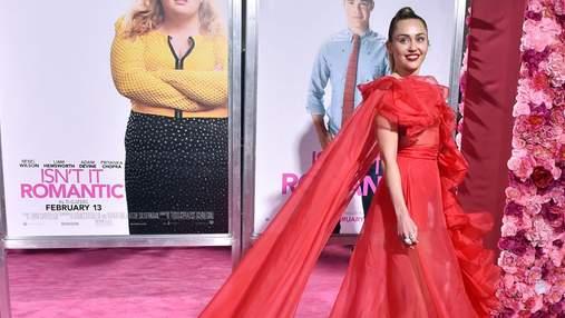 Майли Сайрус посетила премьеру фильма в ярком платье и рассказала о госпитализации мужа