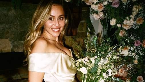 В нежном шелковом платье: Майли Сайрус показала новые фото с тайной свадьбы