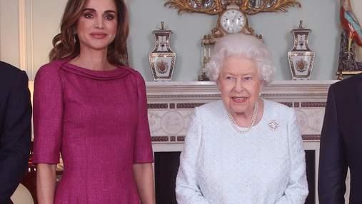 У рожевому платті і лавандових туфлях: королева Йорданії зустрілася з Єлизаветою II – фото