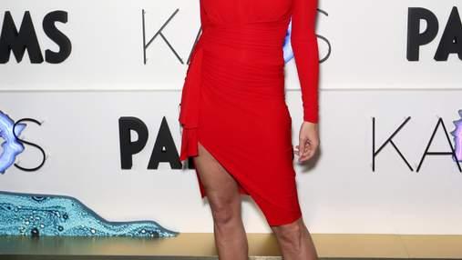 В красном платье с декольте: 53-летняя Синди Кроуфорд похвасталась стройной фигурой – фото