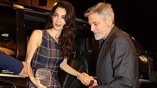 Амаль Клуні обирає вбрання на одне плече: черговий стильний вихід знаменитої юристки