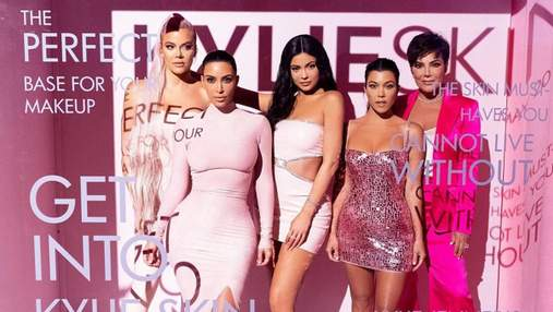 У латексі, міні і максі: сестри Кардашян-Дженнер сексуально представили нову колекцію косметики