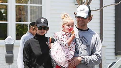 Попри чутки про розставання: Ірину Шейк і Бредлі Купера помітили на прогулянці з донькою