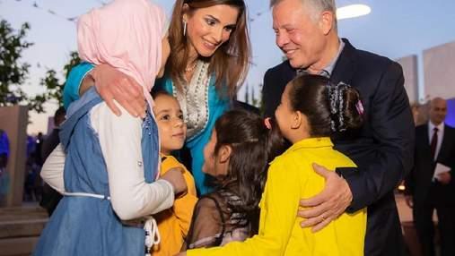 В блакитній традиційній сукні: королева Йорданії приміряла стильне вбрання для вечері