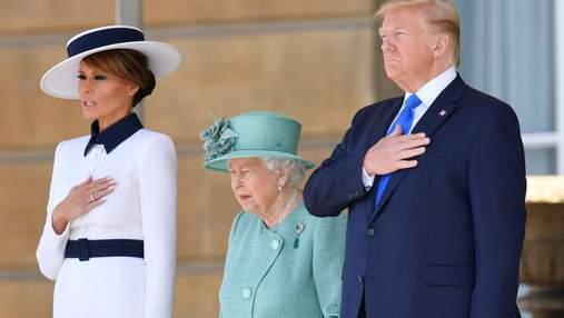 Мелания Трамп засветила интимные части тела на встрече с Елизаветой II: фотофакт