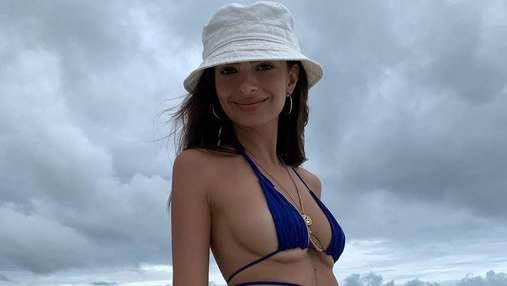 Едва прикрывает грудь: Эмили Ратаковски примерила крошечный сексуальный купальник
