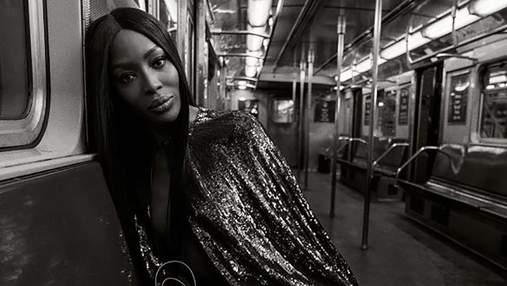 У накидці на голе тіло: Наомі Кемпбелл взяла участь у провокативній фотосесії в метро