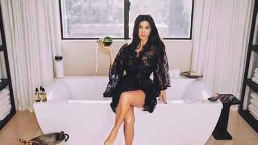 Кортни Кардашян похвасталась фигурой в крошечном купальнике: горячее фото