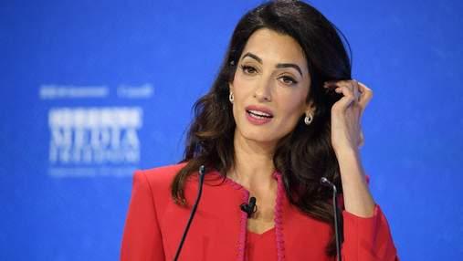 Безупречный total look: Амаль Клуни очаровала ярким выходом в костюме