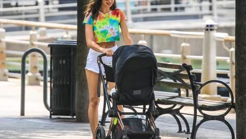 В топі tie-dye і коротких шортах: Ірина Шейк вийшла на прогулянку з дочкою Леєю – фото