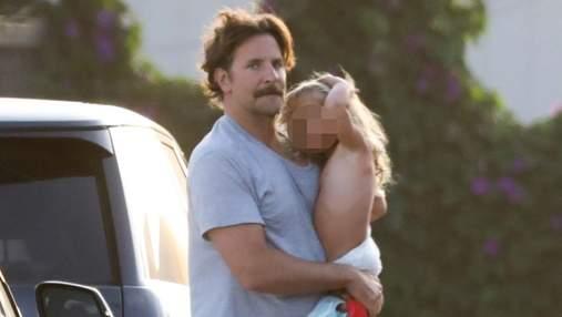 Черга батька: Бредлі Купера помітили на прогулянці з донькою