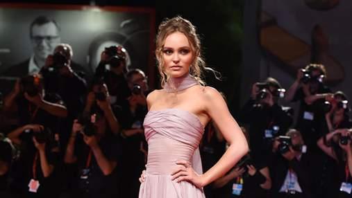 В роскошном платье от Chanel: Лили-Роуз Депп очаровала выходом на Венецианском кинофестивале
