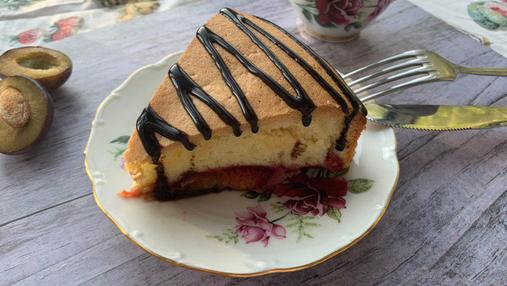 Бісквітний пиріг з сливами – рецепт домашньої випічки