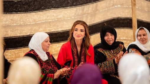 Королева Йорданії засвітила нову вишиту сукню: фото