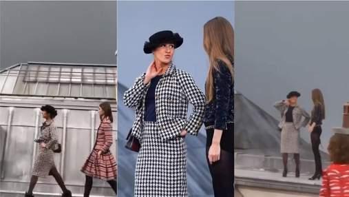 Курьез с Недели моды: блогер выбежала на подиум и сорвала показ Chanel – видео
