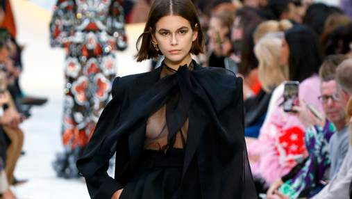 Кайя Гербер засветила обнаженную грудь на показе Valentino: фото 18+