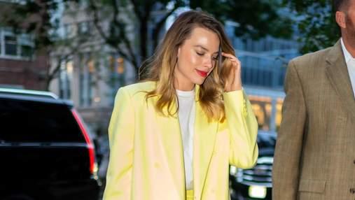 У костюмі лимонного кольору: Марго Роббі засвітила стильний образ у Нью-Йорку