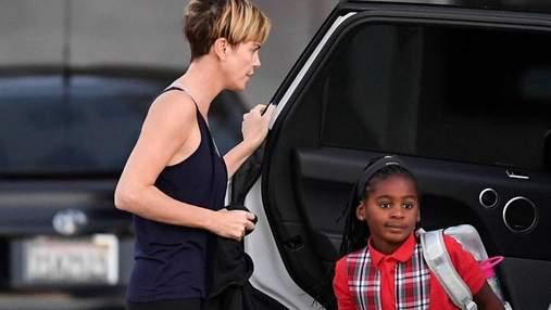 7-летний сын Шарлиз Терон в очередной раз вышел в свет в платье