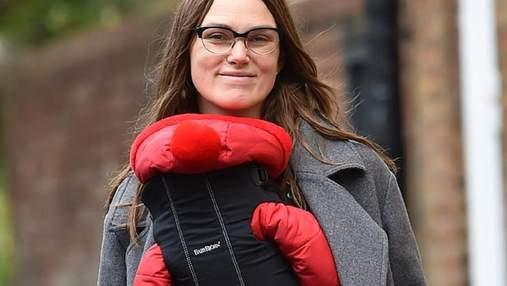 Мама на прогулке: Кира Найтли попала в объективы папарацци с новорожденной дочерью Делайлой