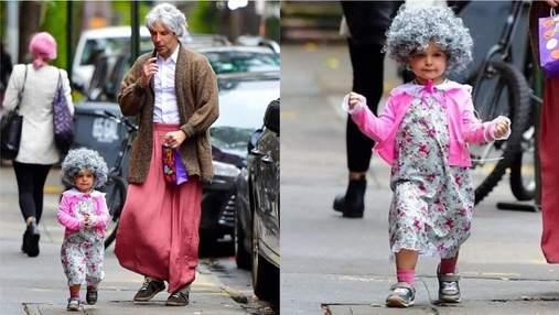 """Фото дня: Брэдли Купер с 2-летней дочерью превратились в """"бабушку"""" для празднования Хэллоуина"""