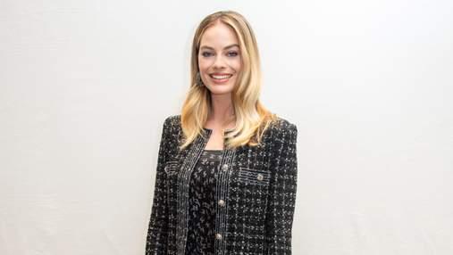 """У твідовому пальто від Chanel: Марго Роббі стильно презентувала фільм """"Секс-бомба"""""""