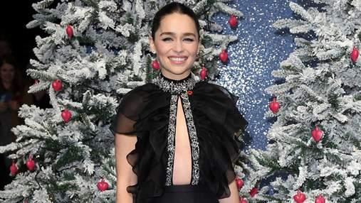 У розкішній сукні і без білизни: Емілія Кларк вразила виходом на червону доріжку