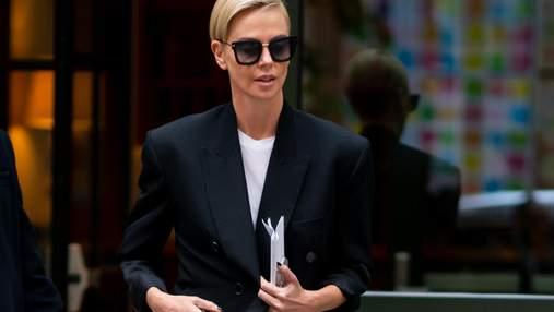 """В черном жакете и брюках """"металлик"""": Шарлиз Терон демонстрирует smart casual образ"""