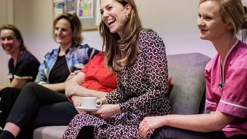 У зручній сукні від Michael Kors: Кейт Міддлтон завітала у пологовий будинок в Лондоні – фото