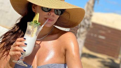 Єва Лонгорія вразила фанів стрункою фігурою у білосніжному купальнику: фото