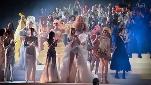 Обнаженные звезды вышли на подиум последнего показа Жана-Поля Готье: провокационные фото и видео