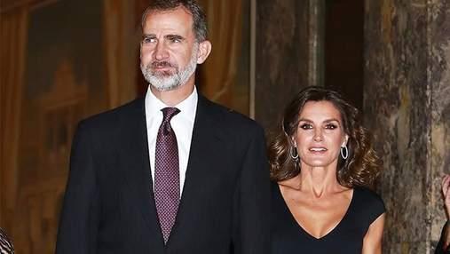 Королева Летиція обрала класичне вбрання для романтичної прогулянки з чоловіком: фото