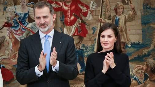 У лаконічній чорній сукні: королева Іспанії продемонструвала вишуканий образ