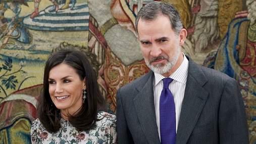 У квітковій блузці та стильних штанах: королева Летиція зачарувала весняним образом