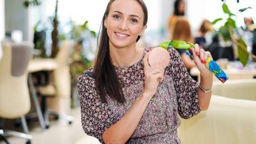 Гимнастка Анна Ризатдинова оригинально в шпагате скупает продукты: видео