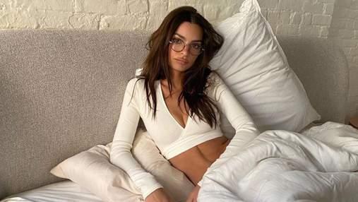 Емілі Ратажковскі засвітила оголені груди: спекотне фото