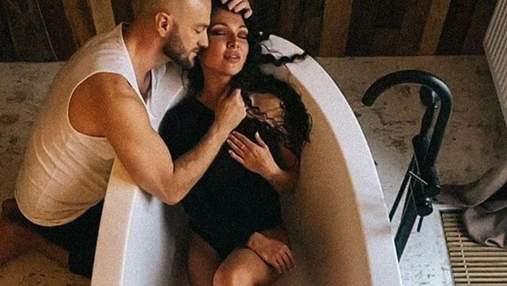 Влад Яма устроил страстную фотосессию с женой в ванной: чувственные кадры