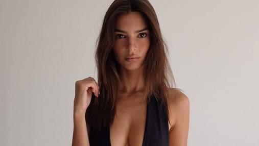 Эмили Ратаковски позировала в ванной, прикрыв обнаженную грудь руками: фото 18+
