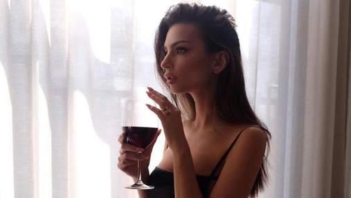 Емілі Ратажковскі показала точену фігуру в звабливій нічній сорочці: фото