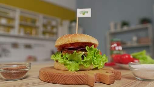 Соковитий бургер з аджикою та беконом: рецепт фаст-фуду в домашніх умовах