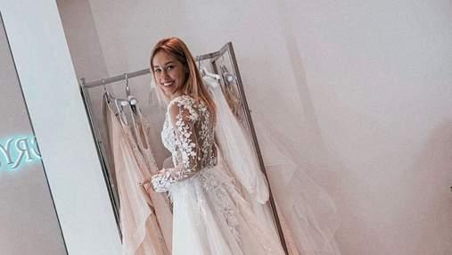 В свадебном платье посреди лавандового поля: Даша Квиткова очаровала сеть романтичным фото