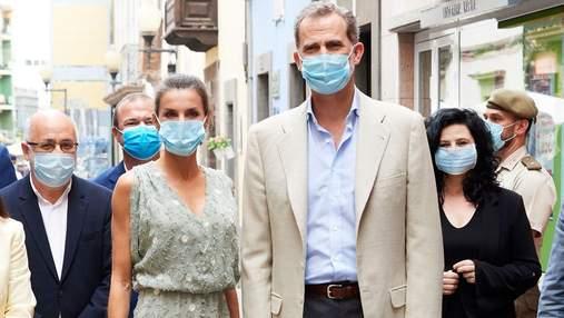 У стильній сукні та захисній масці: королева Летиція прилетіла з чоловіком на Канари