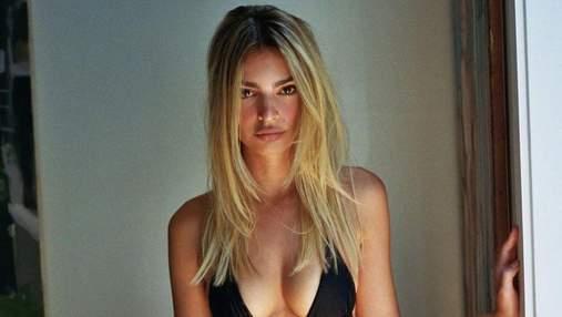 Блондинка в черном мини-бикини: Эмили Ратаковски ошеломила сменой имиджа – фото