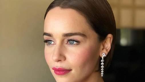 Как Эмилия Кларк маскирует синяки под глазами: трюк с консилером