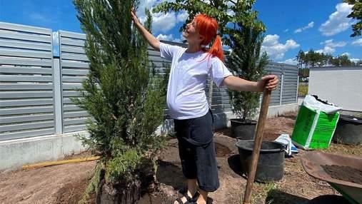 Беременная Светлана Тарабарова показала, как сажает деревья в собственном саду: фото