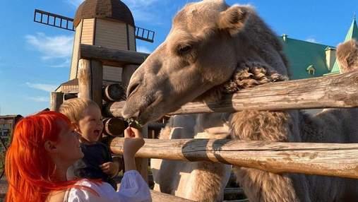 У білій сукні: вагітна Світлана Тарабарова із сином побувала в зоопарку – милі фото