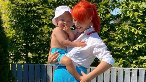 Беременная Светлана Тарабарова в купальнике позировала с сыном в бассейне: яркие семейные фото