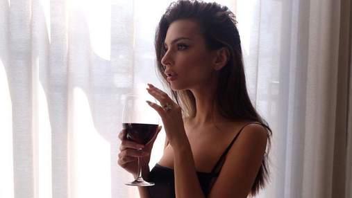 Обольстительная Эмили Ратаковски засветила пышный бюст: горячие фото с кофейни